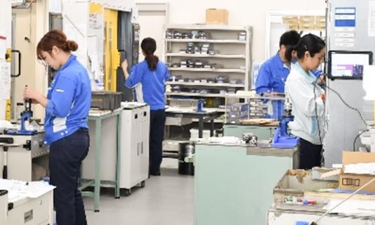 製造現場で働く女性たち